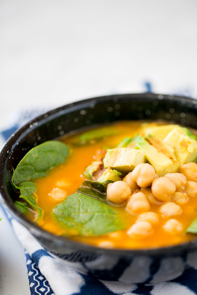 Sopa de garbanzo y espinaca vegana, fácil y rápida de hacer. Chickpea soup with roasted avocado and charred lime