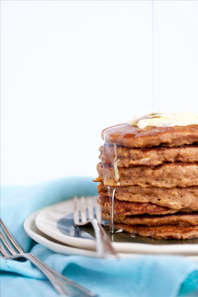 Oats and apple pancakes for a perfect Sunday vegan brunch!