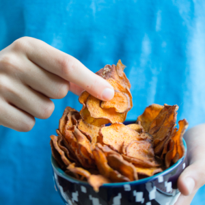 Healthy sweet potato chips, vegan and homemade.