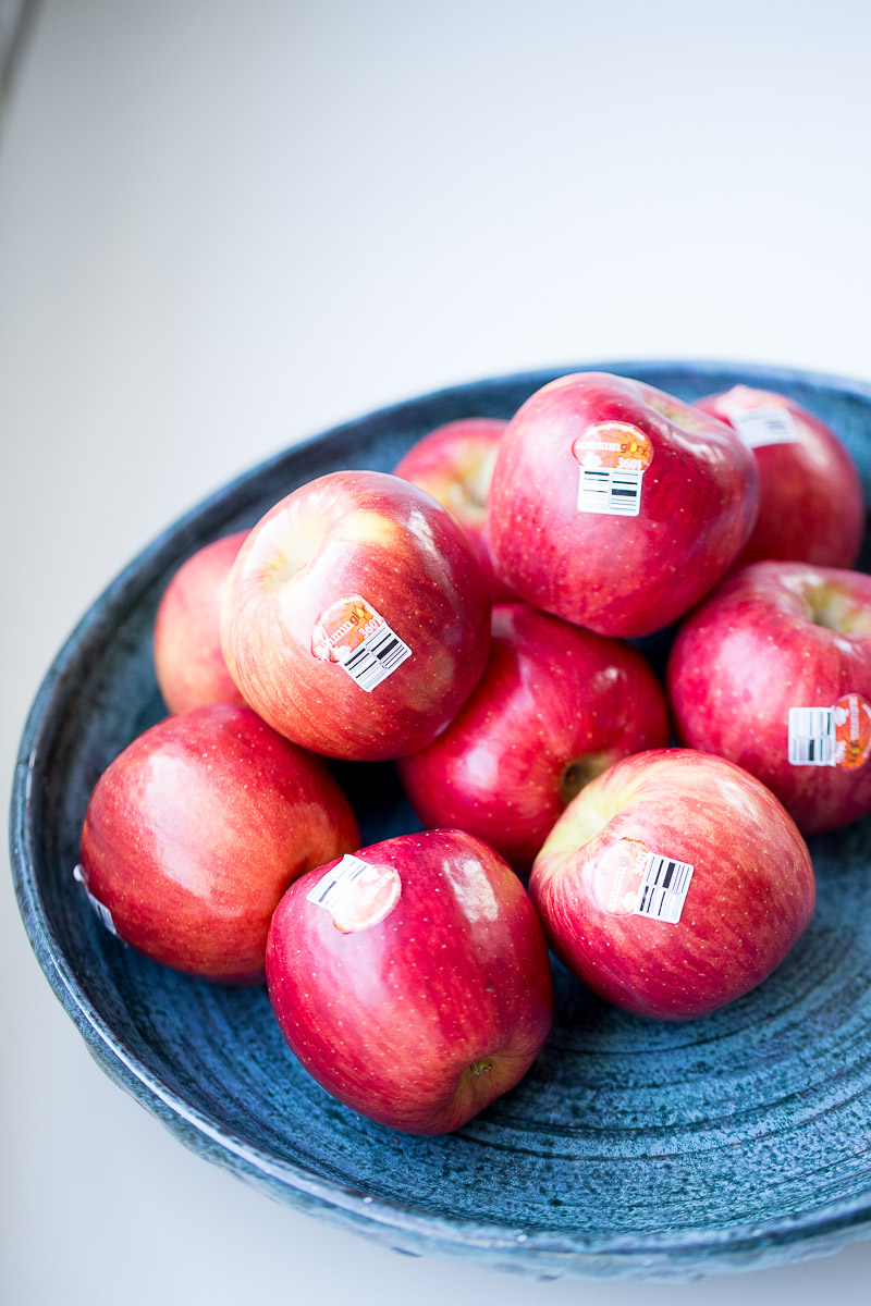 a bowl with apples