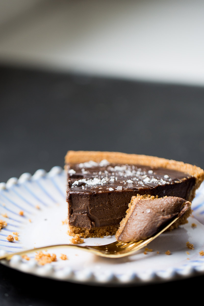 This recipe for creamy chocolate vegan pie is delicious and super easy to prepare. The filling is made with cashews, coconut milk, dark chocolate and a hint of chipotle pepper.