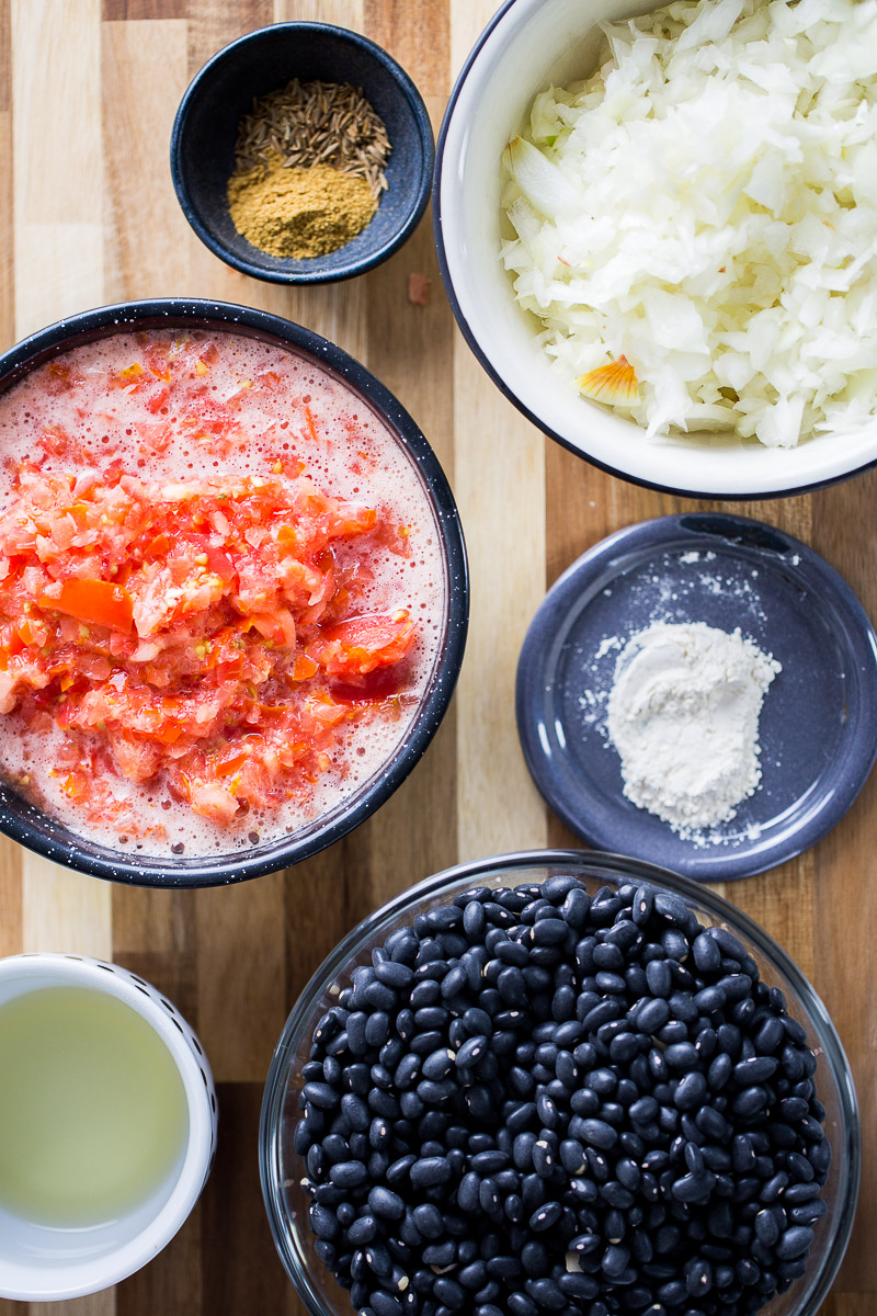 ingredientes to make black bean soup in the instant pot